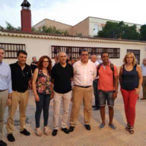 Carmen Picazo visita el barrio Hermanos Falcó para compartir con sus vecinos sus fiestas