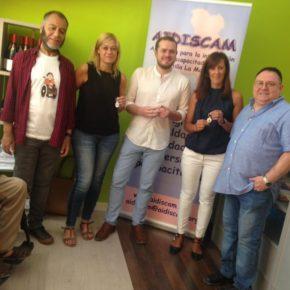 Carmen Picazo visita la nueva tienda solidaria de AIDISCAM