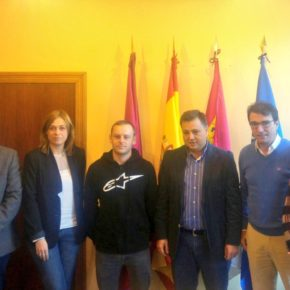 Carmen Picazo felicita al piloto albaceteño Maikel Melero