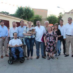 Arturo Gotor celebra con los vecinos del barrio Hermanos Falcó el inicio de sus fiestas