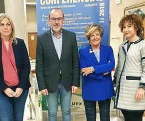 Carmen Picazo asiste a la apertura del ciclo de conferencias de Aluex