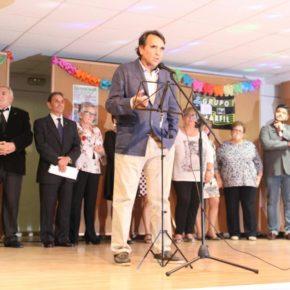 Arturo Gotor celebra con los vecinos del barrio El Pilar el inicio de sus fiestas