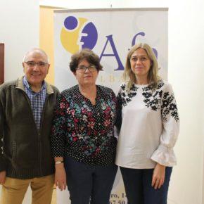 Carmen Picazo visita la exposición de pirograbado 'Retos II' de Afa