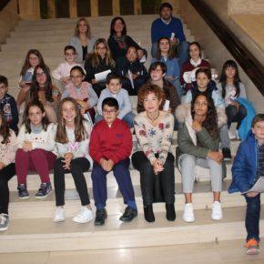 Picazo recibe a los niños que participarán en el Pleno Infantil del Ayuntamiento de Albacete